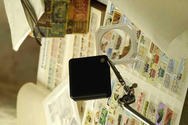 Une pince à timbres, un incontournable du matériel de philatélie